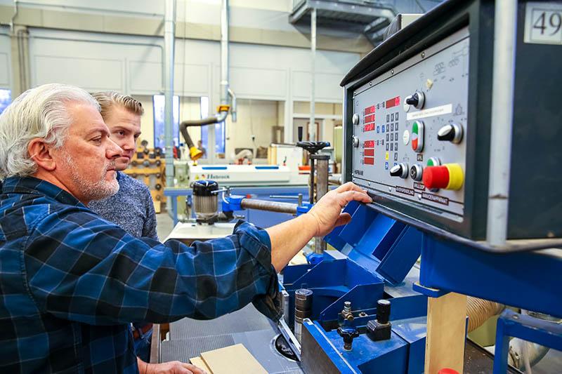 Montagemedewerker industrieel produceren met hout
